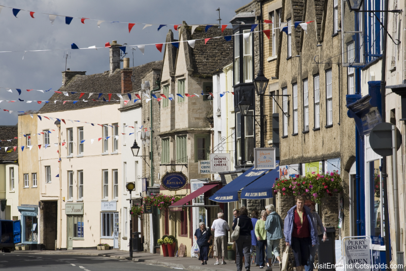 Medieval buildings and bunting, Tetbury. Credit : Visit Britain