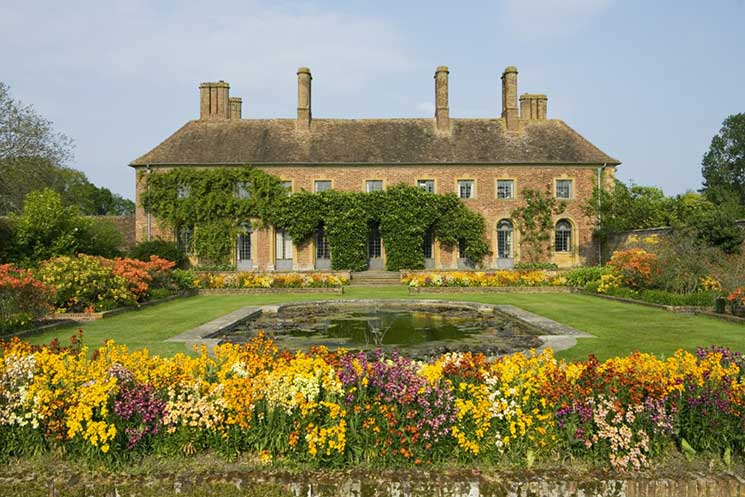 The Strode House, built in 1674, seen from the Lily Garden at Barrington Court, Somerset. Gertrude Jekyll's influence can be seen in the planting here. ©NTPL/Mark Bolton