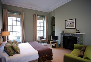 queensberry-hotel-bath_deluxe(H)-80f1e13e-24a1-4fb2-9fc9-5db2c0303dd7-0-605x412