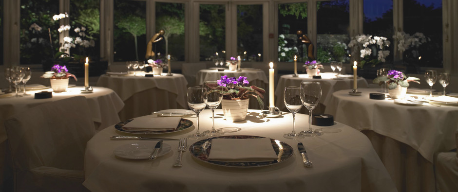 LMQS_SLIDER_Conservatory-dining-at-night