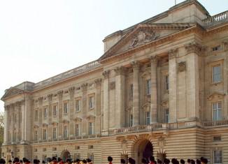 Buckingham Palace queen royal britain british guard redguard uk