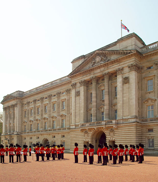 Buckingham Palace queen royal britain british guard redguard uk