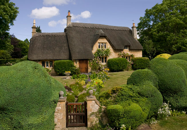 A thatched cottage in the Cotswolds – Discover Britain
