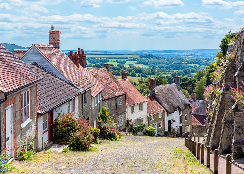 Gold Hill with the old abbey walls to the right, Shaftesbury, Dorset, England, UK
